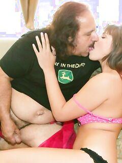 Старик снял на улице молодую девушку с сексапильным телом