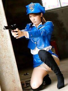 Азиатская девушка в полицейской форме Сан-Франциско