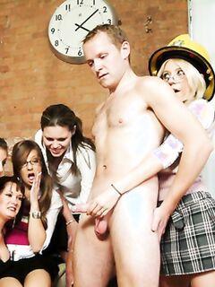 Толпа развратных шлюх любуются голым членом мужика