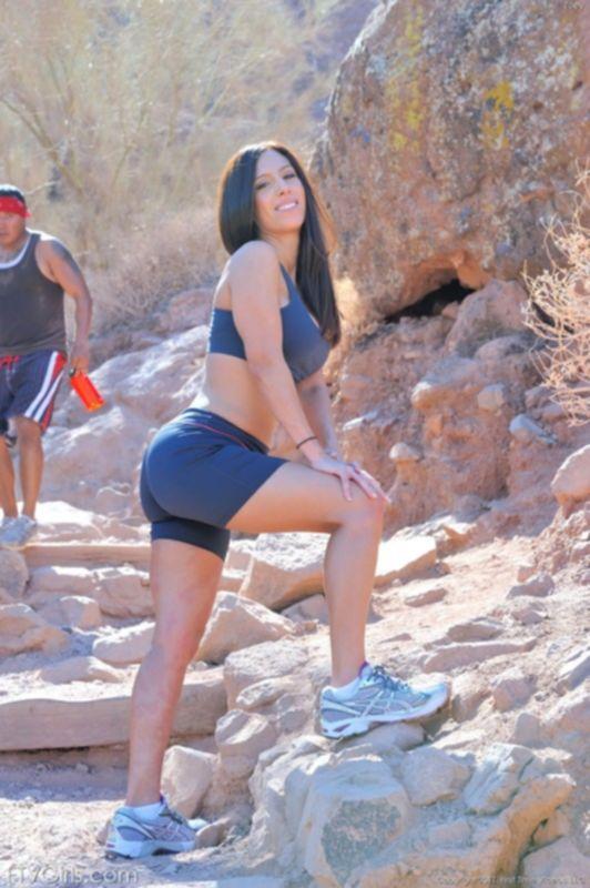 Спортивная и сексуальная девочка показывает стриптиз на публике