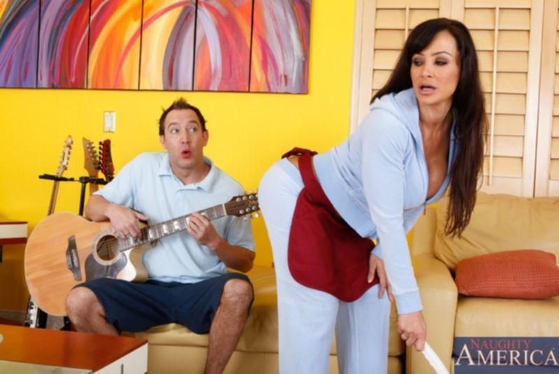Опытная Лиза ебется с молодым гитаристом