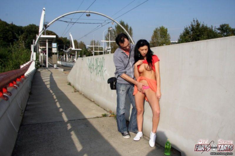 Старик трахает восемнадцатилетнюю Катю возле метро