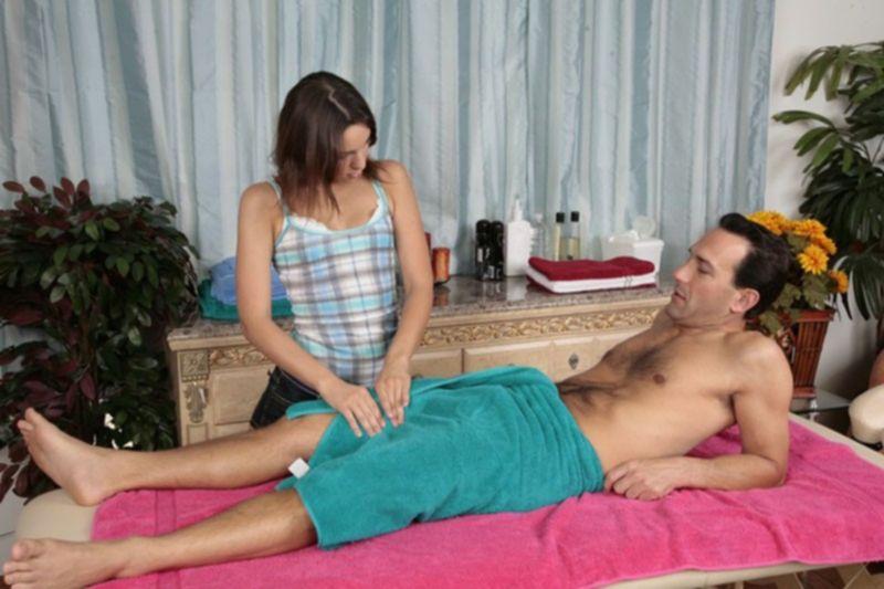 Две одетые массажистки извращают своего голого пациента
