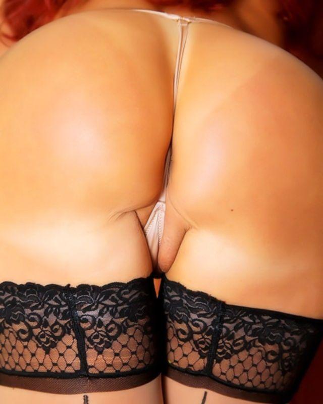 Рыжая сучка в зрелом возрасте любит сниматься голой
