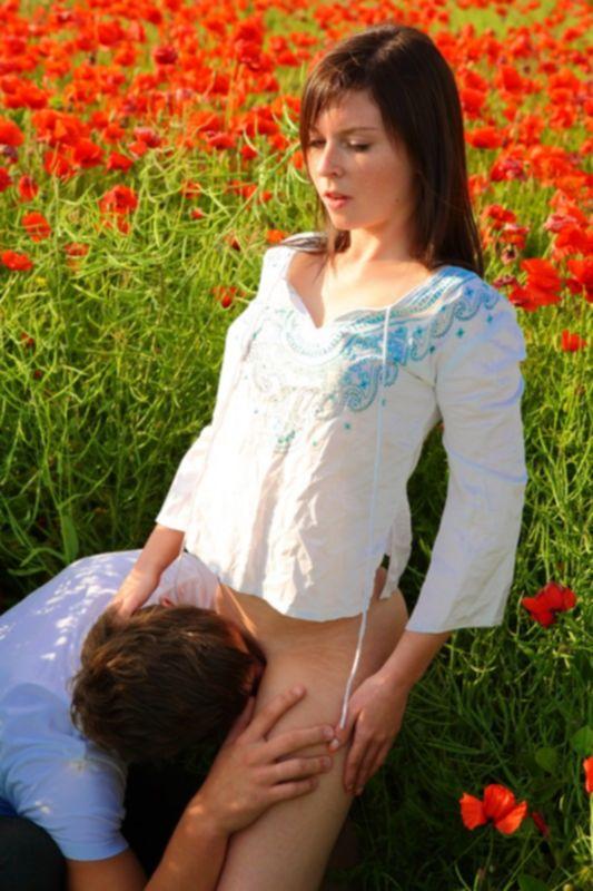 Русское порно на красивом маковом поле