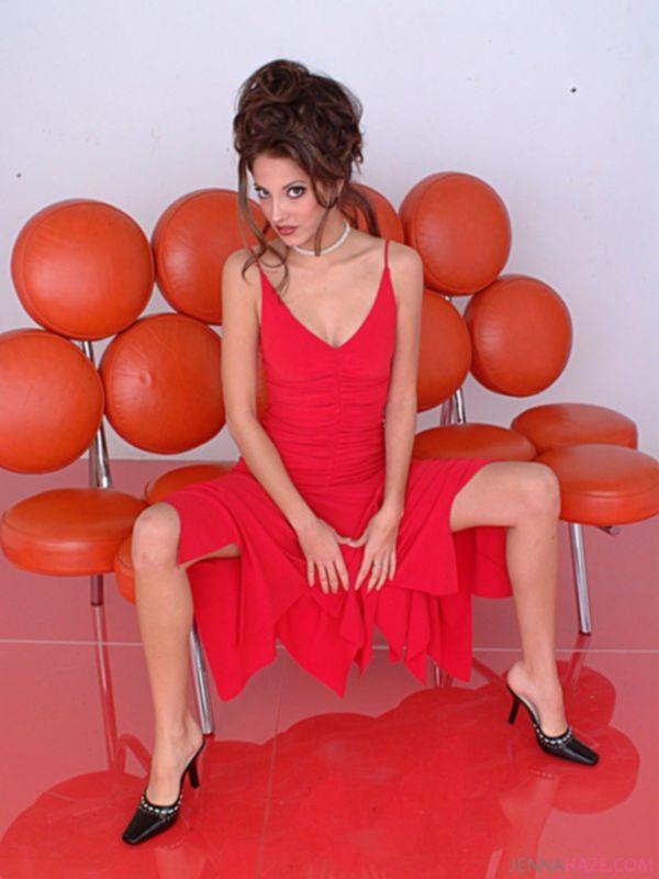 Порно модель сильно возбудилась после фотосессии и решила поласкать киску