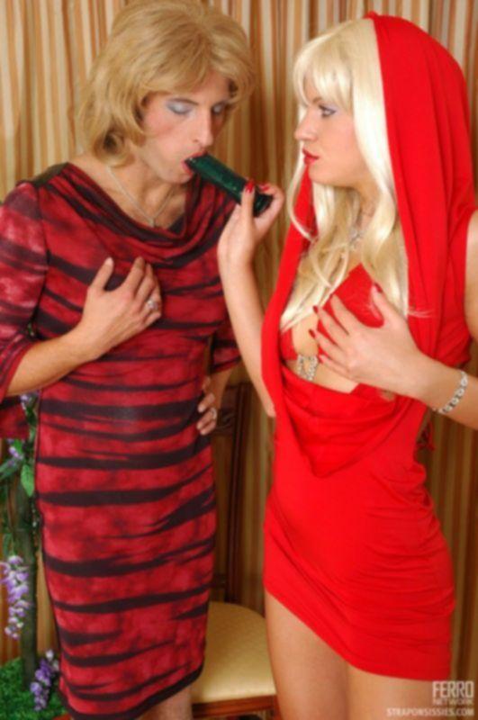 Блондинка трахает своего мнимого парня с помощью страпона