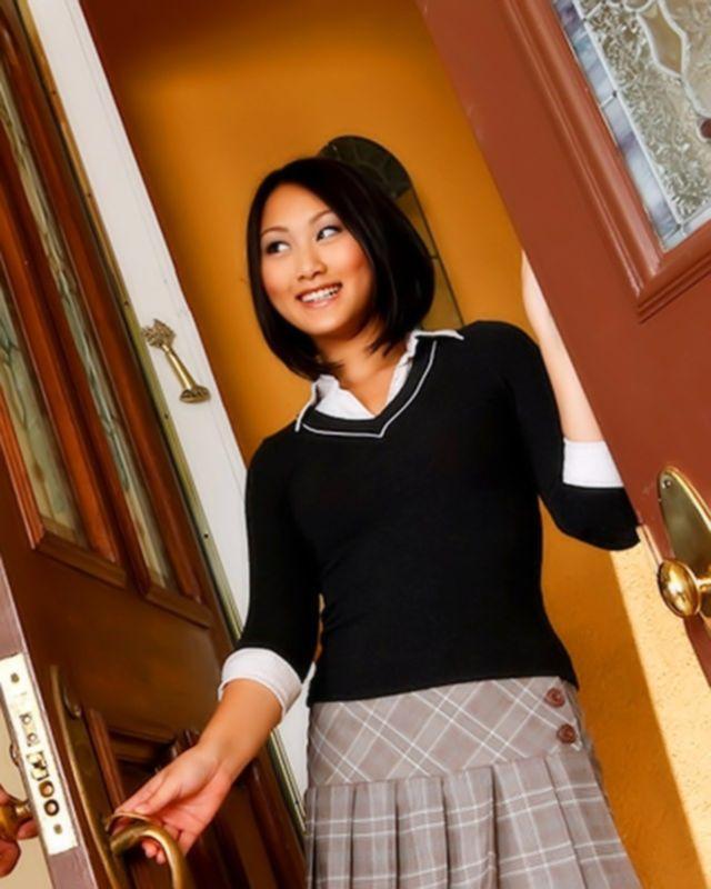 Секс с азиаткой, которая учится благодаря своей пизде