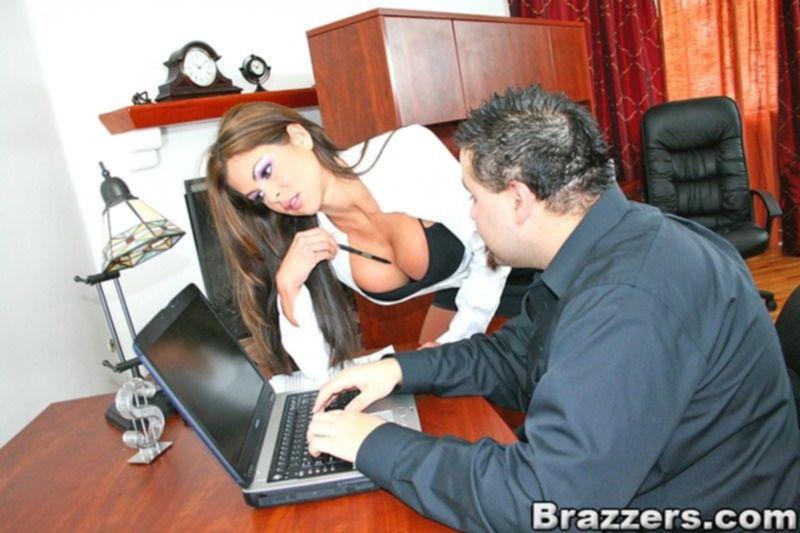 Страстная помощница делает минет своему шефу