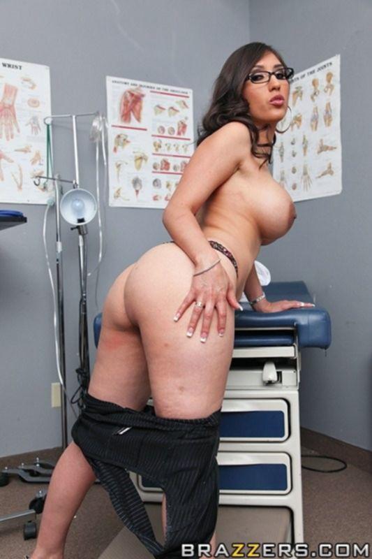 Сексапильная медсестра трахает молодого пациента на больничной кушетке
