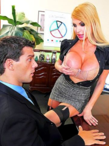 Зрелая секретарша с силиконовыми формами обожает секс в офисе
