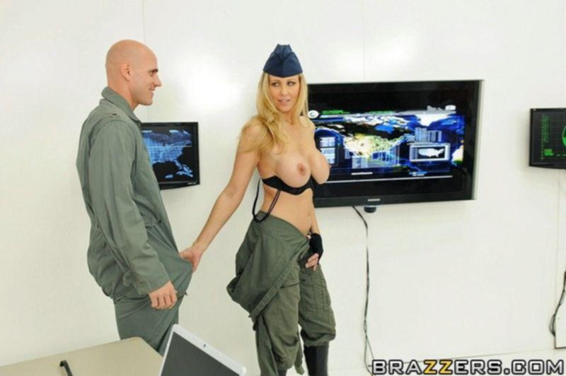 Секс со зрелой военной дамой с большими сиськами и выбритой пиздой