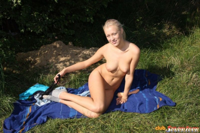 Блондинка Маша удовлетворяет себя огромным вибратором