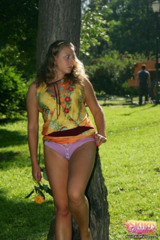 Девушка в публичных местах задирает юбку