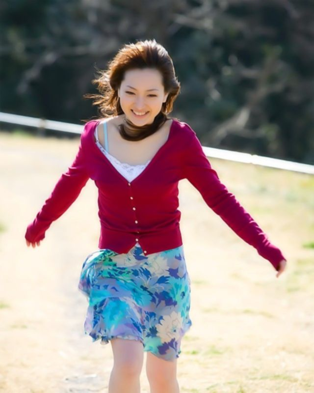 Азиаточка показала, что у нее спрятоно под юбкой