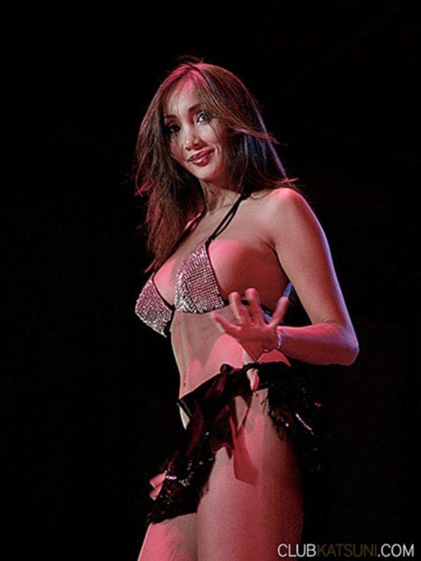 Супер стриптиз у шеста с горячей порно моделью