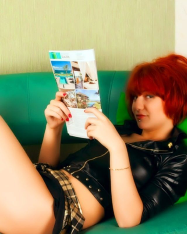 Ярко рыжая девочка панк позирует фотографу