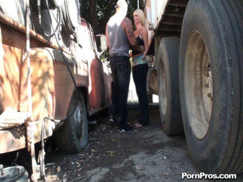 Трахает блондинку между двух автомобилей
