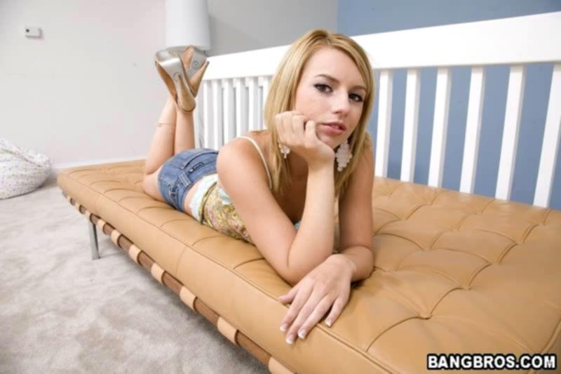 Блондинка любит дрочить члены руками