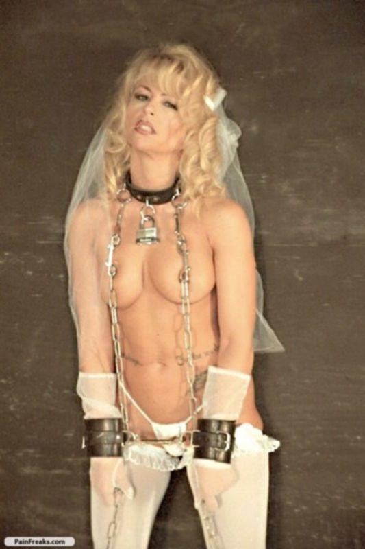 Невеста в цепях позирует перед камерой
