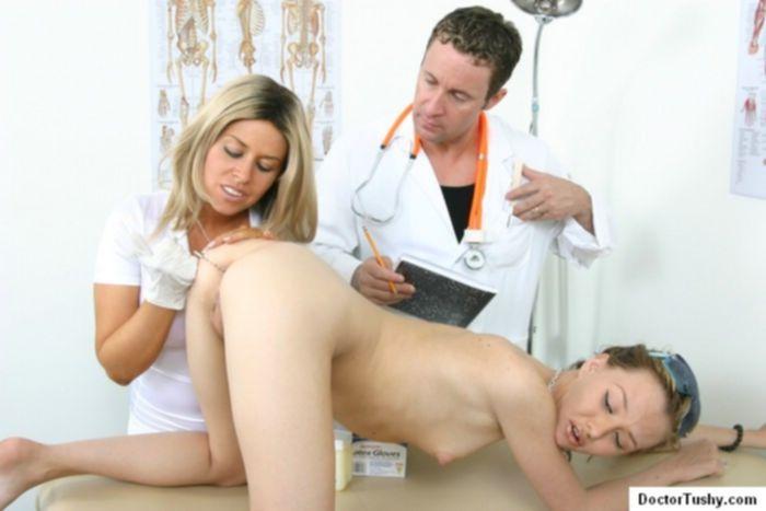 Медсестра с доктором решили выебать пациентку