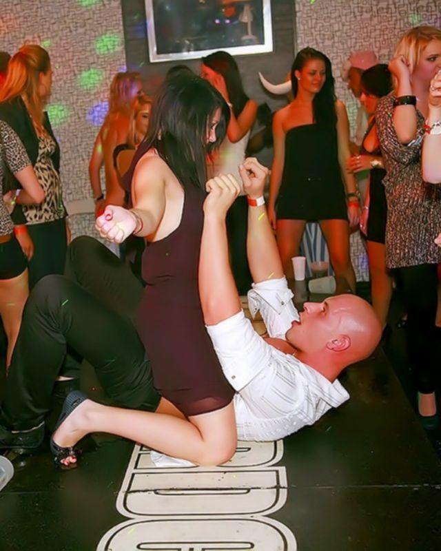 Пьяные девушки на порно вечеринке делают шикарные горловые минеты