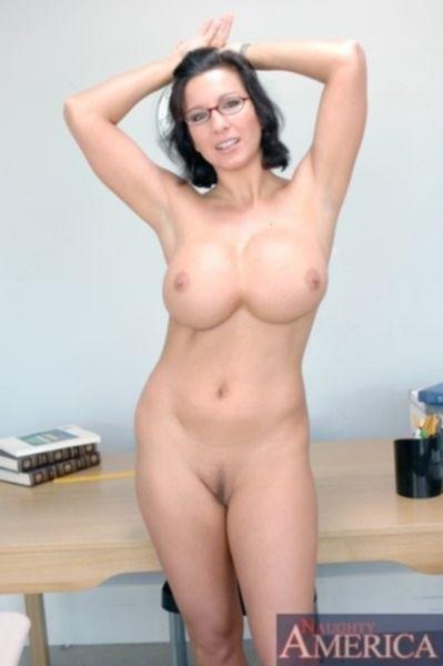 Дама с большими силиконовыми сиськами обожает делать своим мужчинам глубокий минет