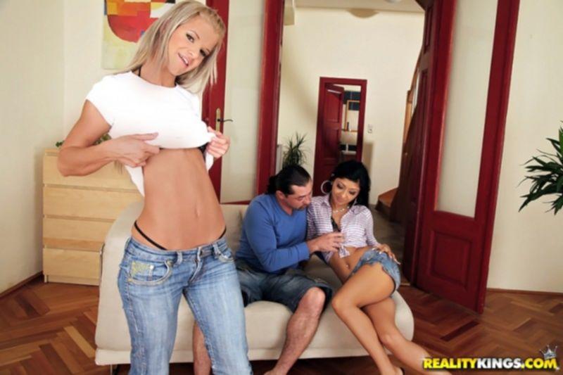 Две девушки кончают от одного большого члена