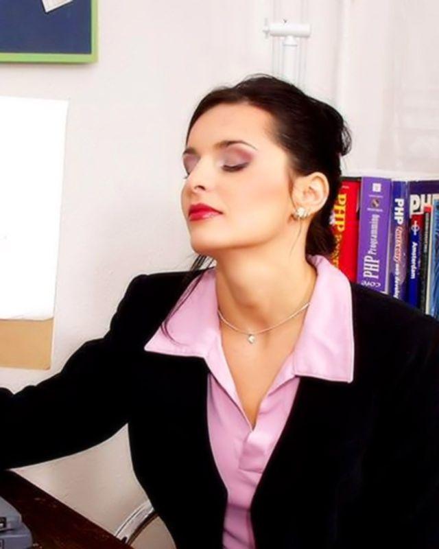 Девушка дрочит под юбкой в офисе на фото