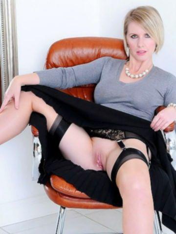 Зрелая блондинка без трусиков показывает большие сиськи