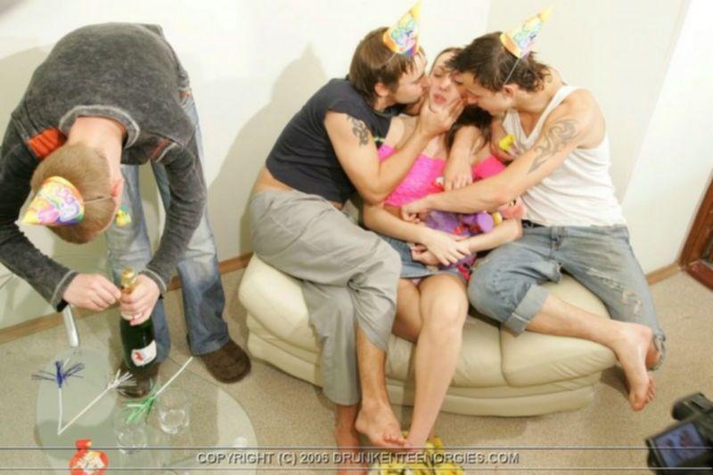 Молодежный секс или групповуха с пьяными молодухами