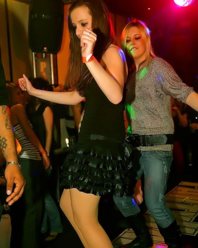 Стриптизер пускает по кругу пьяных телок в клубе