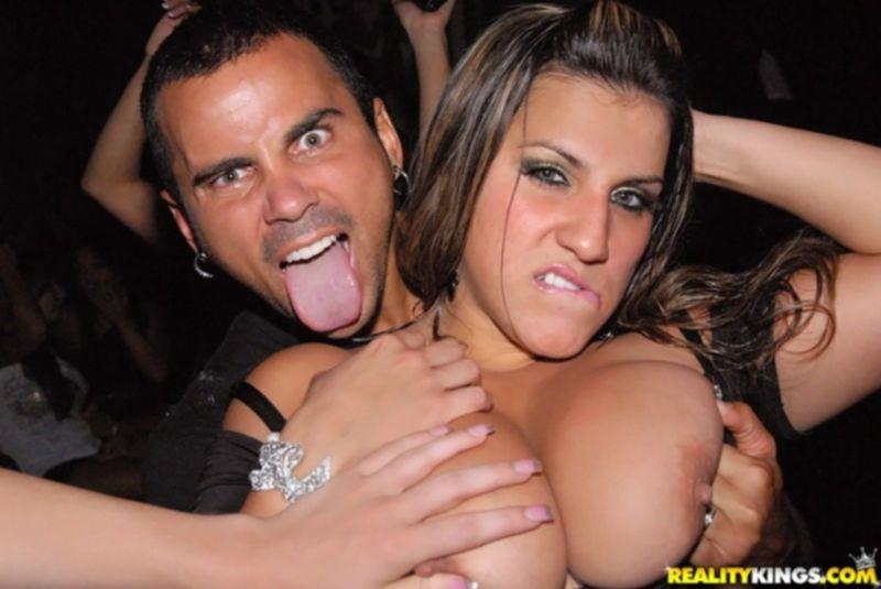 Пьяные сучки с большими сиськами сосут стриптизеру в клубе
