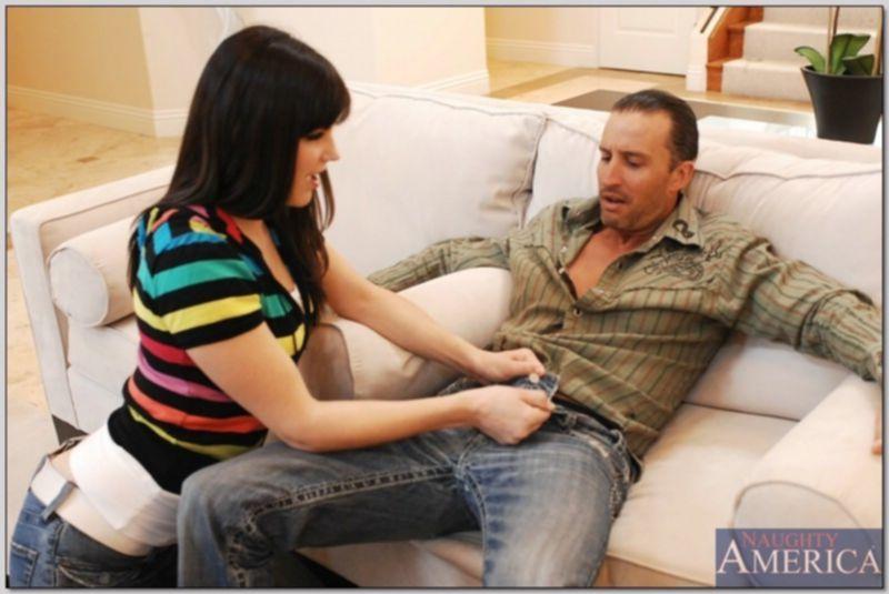 Зрелый мужчина трахает молодую девушку в волосатую пизду