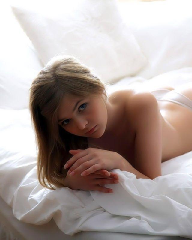 Красивая голубоглазая девушка в белых трусиках