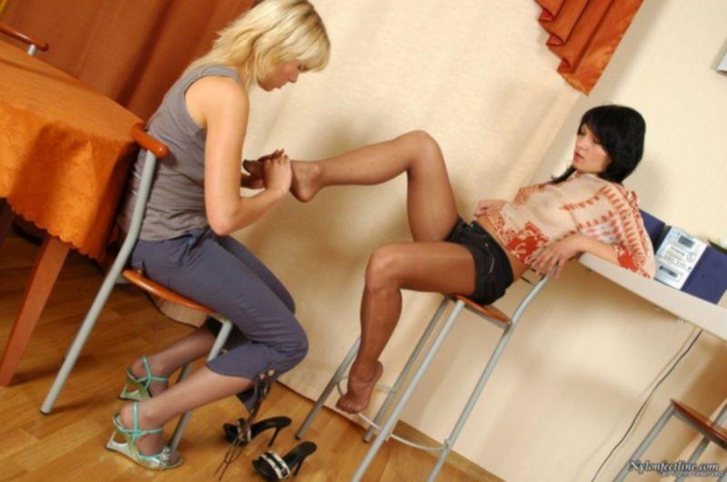 Две красивые девушка в колготках ласкают себя ножками