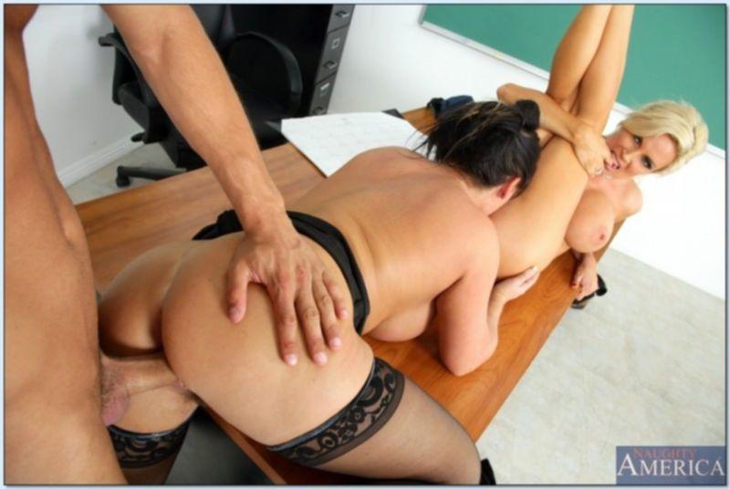 Училки с большими сиськами устроили секс втроем