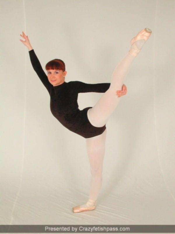 Гибкая девушка на бальных танцах показывает сисечки