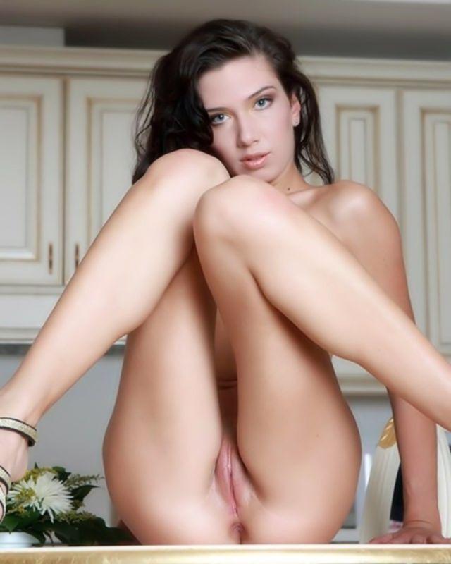 Соло красивой брюнетки с гладкой пиздой