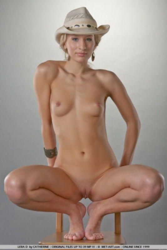 Фото худой модели на стуле с маленькими сиськами
