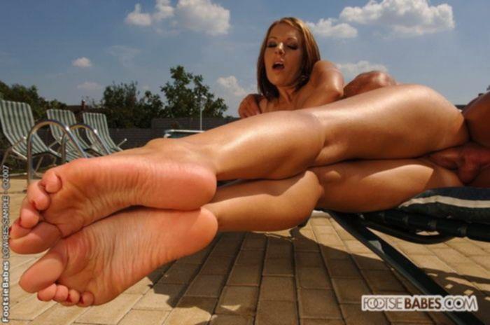 Мужик трахает девушку в бикини и кончает ей на ноги сперму