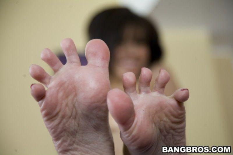 Красивая азиатка с натуральными сиськами облизывает пальчики на ногах