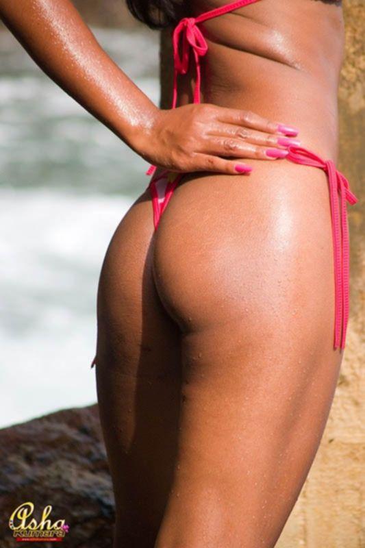 Индийская молодая модель в бикини раздевается догола