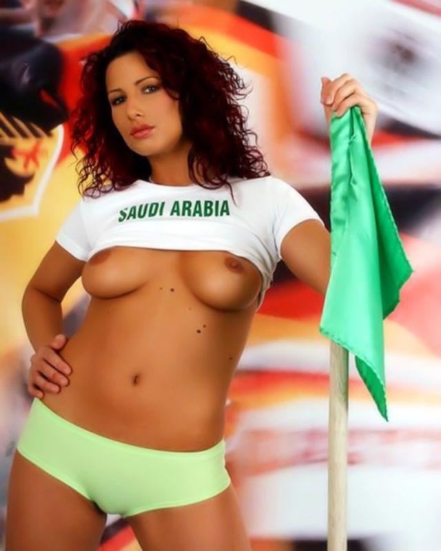 Сексуальная девочка с большими сиськами позирует на футбольном поле