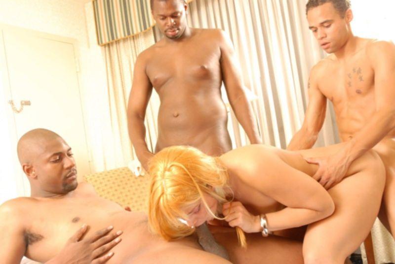 4 негра устроили ганг банг блондинке