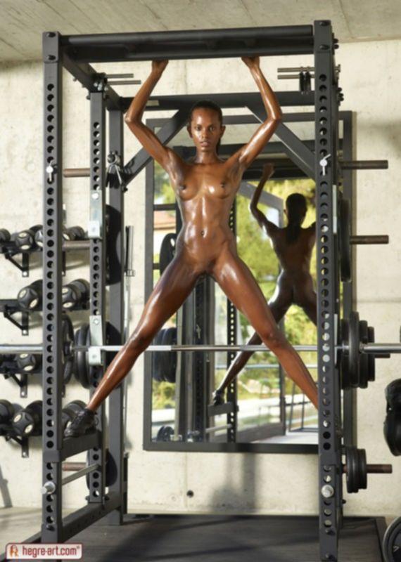 Очень черная голая негритянка в спортзале
