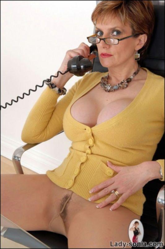 Зрелая милф в колготках мастурбирует трубкой от телефона