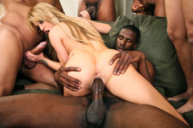 5 негров трахают молодую и сексуальную женщину