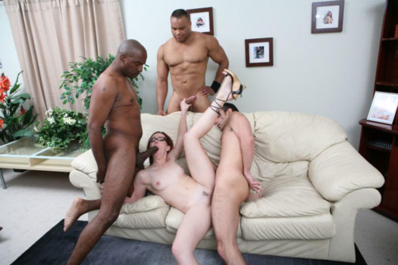 Накачанные парни с большими членами ебут сексуальную киску в пизду