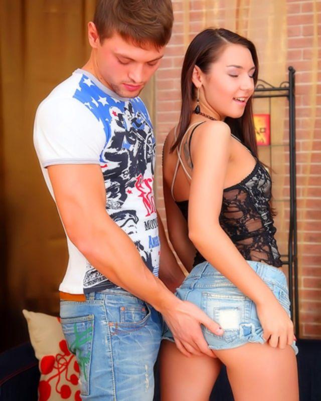 Сучка в коротеньких джинсах сосет большой член